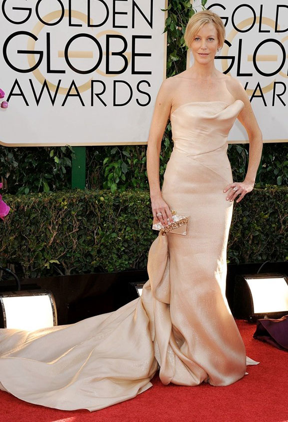 Anna Gunn in Donna Karan Atelier. I love the drapes of the train, although she does look a bit uncomfortable. And by the way, since when did Donna Karan have an atelier?