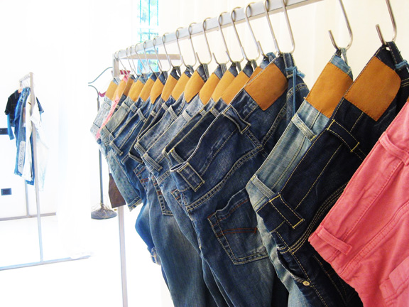 How to Find High-End and Designer Fashion Clothing Line Manufacturers for Your Business